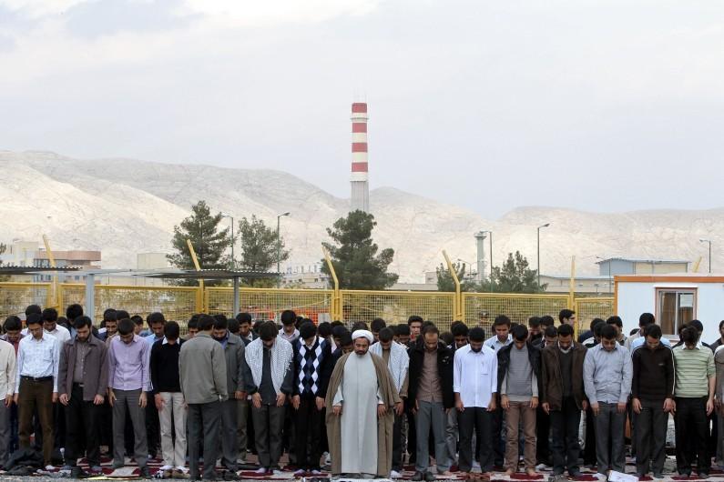 7773854003_des-manifestants-devant-l-usine-nucleaire-d-ispahan-en-iran-le-5-novembre-2011